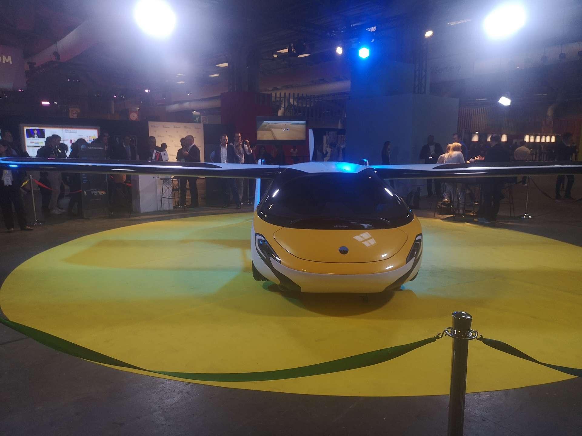 La voiture volante AeroMobil est un engin convertible équipé de roues et d'ailes repliables. © Futura
