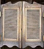 La porte battante est un élément crucial de décor de western, et plus particulièrement la version demi-parois dite de saloon. © Zedutchgandalf, CC BY 3.0, Wikimedia Commons