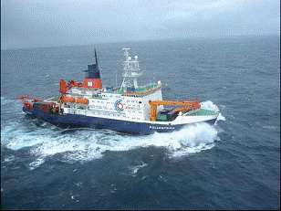 Le Polarstern embarque 20 tonnes de sulfate de fer vers l'océan Antarctique. © Institut Alfred-Wegener