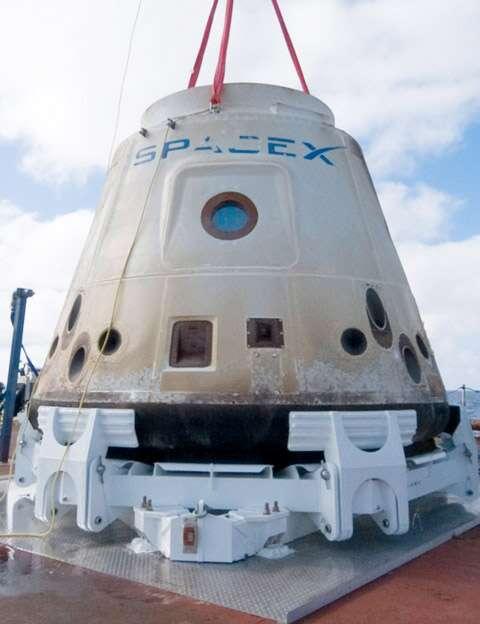 La capsule Dragon de SpaceX récupérée après son retour sur Terre. © SpaceX/Mike Altenhofen
