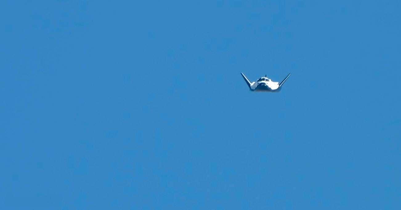 Le Dream Chaser lors de son premier vol libre en octobre 2013 qui se soldera par un crash à l'atterrissage en raison du mauvais fonctionnement du train d'atterrissage. © Sierra Nevada Corporation