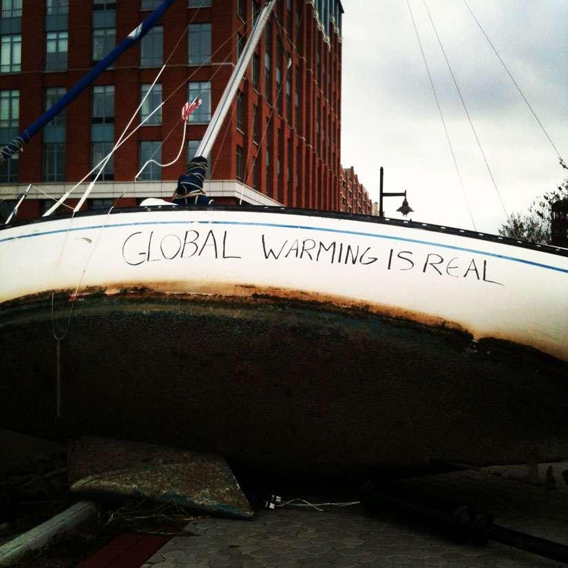 L'ouragan Sandy a provoqué une surcote de 4 m à New York et les bateaux ont été propulsés dans les terres. L'inscription sur le bateau affirme : « le réchauffement climatique est réel ». S'il est trop tôt pour relier l'ouragan Sandy à un réchauffement global, il est néanmoins indiscutable que le monde sera confronté à d'importants événements météo. © Corbis