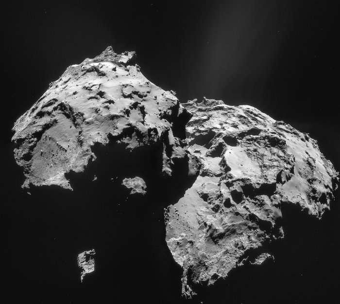 Mosaïque de 4 images de la comète 67P/Churyumov-Gerasimenko prises par la caméra de navigation (Navcam) de Rosetta, le 12 janvier 2015 à 27,9 km du centre du noyau cométaire. On distingue les deux lobes caractéristiques de Tchouri (ou Chury). À gauche, la dépression circulaire où affleurent de gros rochers est désormais nommée Hatmehit. Elle se situe à proximité du site Agilkia, dans la région Bastet, où devait initialement se poser Philae. © Esa, Rosetta, Navcam, CC BY-SA IGO 3.0
