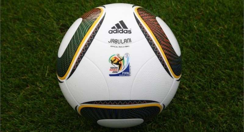 Le Jabulani, la ballon officiel de la Coupe du Monde de football 2010. Crédit : FIFA