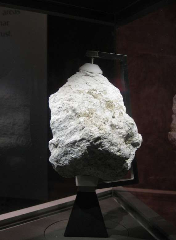 Une équipe de chercheurs du Laboratoire national Lawrence Livermore, de l'Institution Carnegie pour la science et des universités Blaise Pascal (Usa) et de Copenhague a analysé les isotopes de plomb et de néodyme trouvés dans un échantillon d'anorthosite, la plus vieille roche de la croûte lunaire, pour estimer l'âge de la Lune à 4,36 milliards d'années. © Tous droits réservés