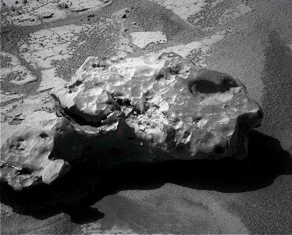 Oileán Ruaidh, une nouvelle météorite probablement ferreuse découverte par le robot martien Opportunity. Crédit Nasa/JPL/Cornell
