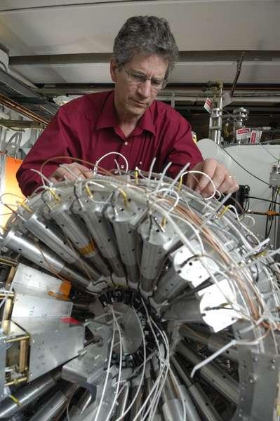 Le physicien Bill Lynch ajustant le détecteur utilisé pour étudier les collisions de noyaux d'étain. Crédit : Harley Seeley, MSU