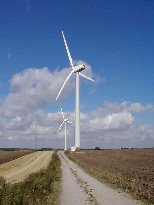 Les unités de dessalement-filtration utilisées dans le cadre du projet Wind4Water seront alimentées par des éoliennes identiques à celles à l'image. Il existe deux tailles de rotor disponibles pour les éoliennes Aeronautica Windpower de 750 kW : 47 et 54 m. Ils exécutent en moyenne 23 tours par minute lorsqu'ils génèrent la puissance nominale. © Aeronautica Windpower