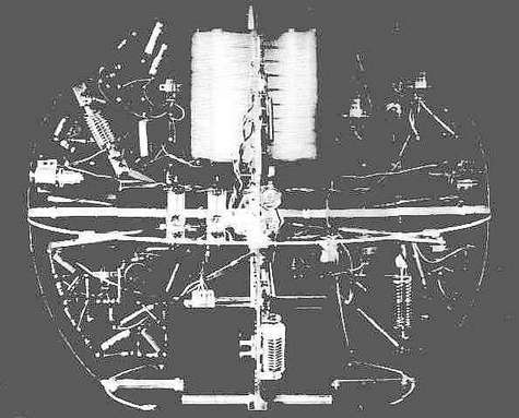 Vue intérieure du premier satellite artificiel, le Spoutnik-1. L'émetteur à lampes est ici bien visible.