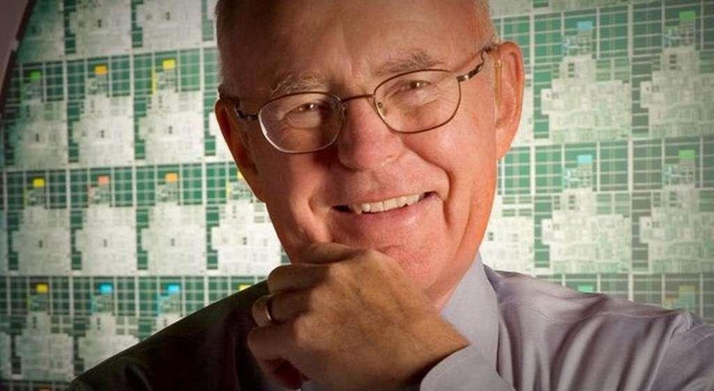 En 1965, Gordon Moore élaborait sa théorie sur le taux de croissance des circuits intégrés qui allait donner naissance à la fameuse « loi » portant son nom. Trois ans plus, il cofondait Intel avec Robert Noyce et Andrew Grove. © Intel