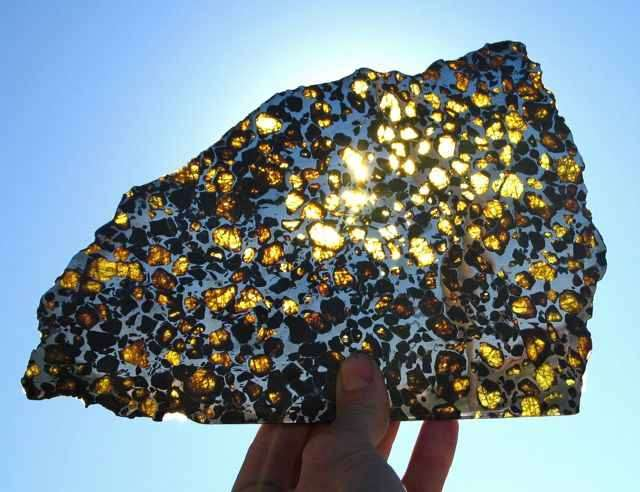 A l'interface du manteau et du noyau de la Terre, là où débutent les oscillations mesurées à l'aide du géomagnétisme, on pense que doit se trouver un mélange de fer liquide et de de grains d'olivine similaires à celui présent dans les météorites appelées des pallasites. Crédit : Arizona Skies Meteorites