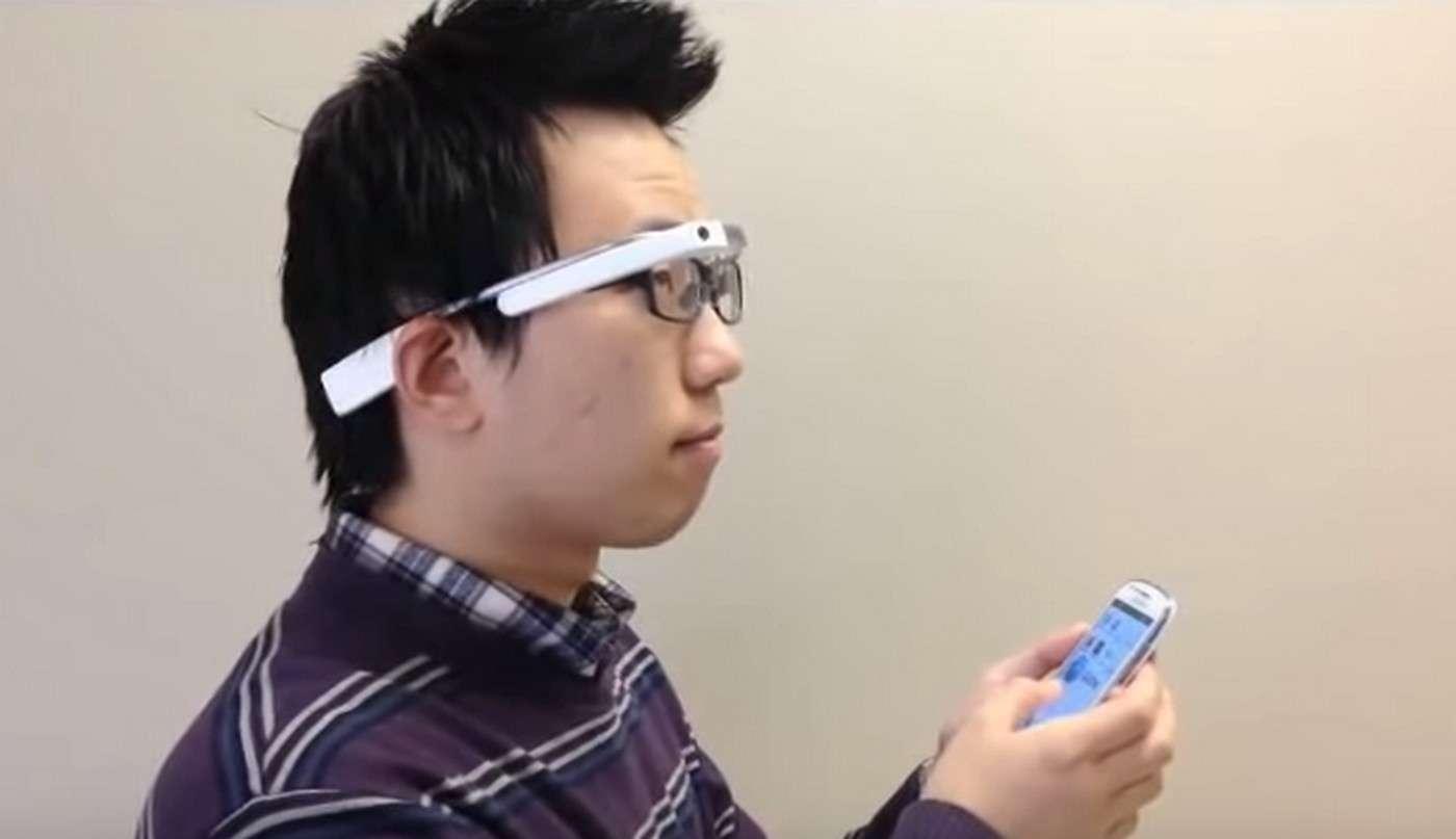 En déplaçant sa tête, l'utilisateur déplace la zone agrandie de l'écran du smartphone apparaissant dans les lunettes. © Luo Lab