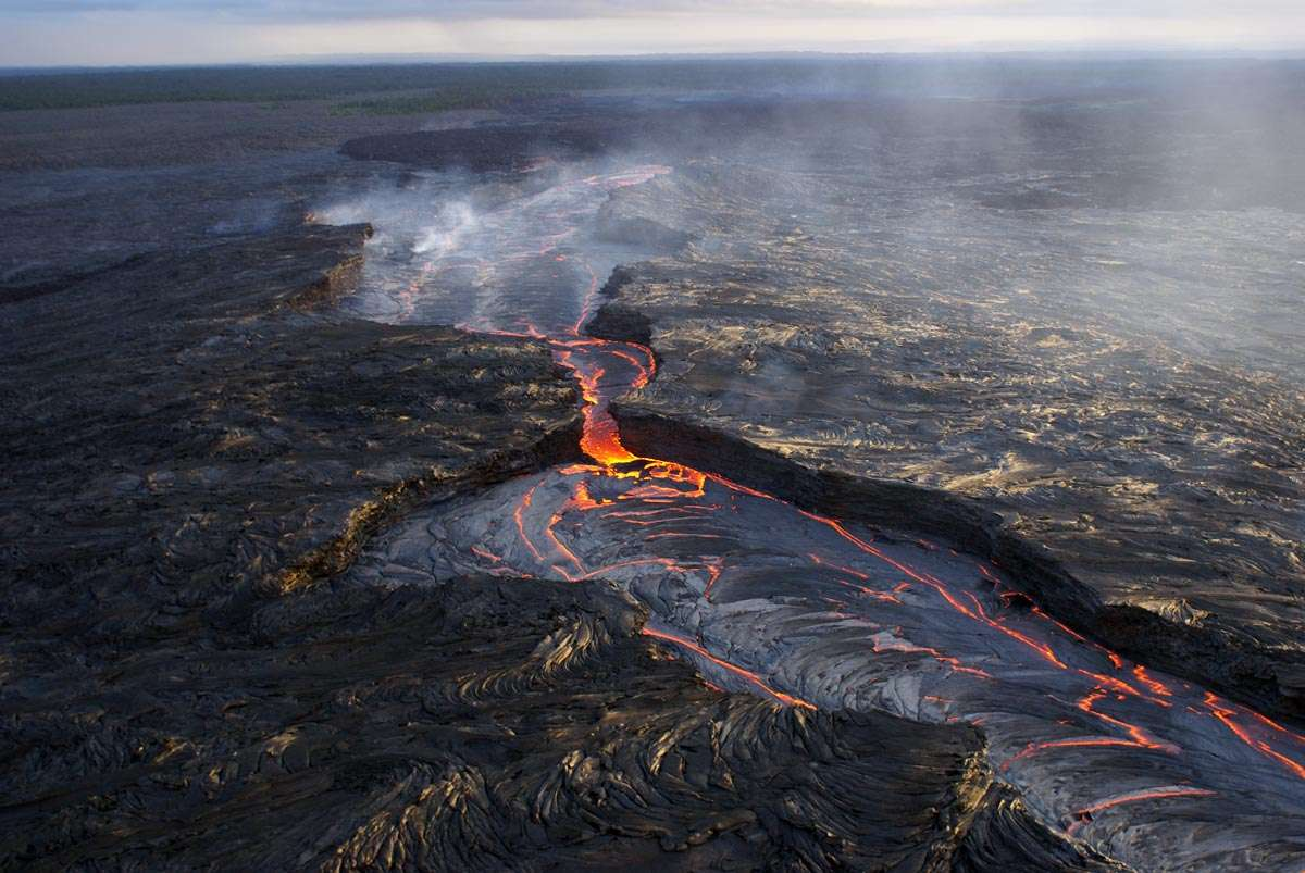 Une éruption à Hawaï en 2007. Son origine peut s'expliquer dans le cadre de la théorie des points chauds. © USGS