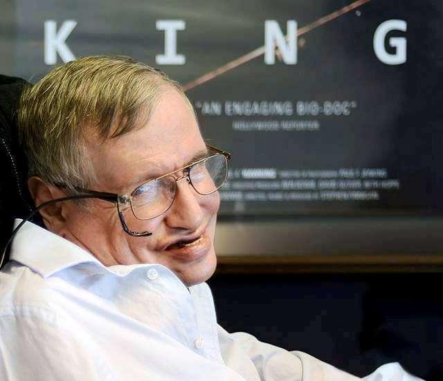 À plus de 72 ans, Stephen Hawking continue à faire des pieds de nez au destin en débarquant sur Facebook. La maladie de Charcot aurait dû l'emporter il y a presque 50 ans... © Jaime Travezan