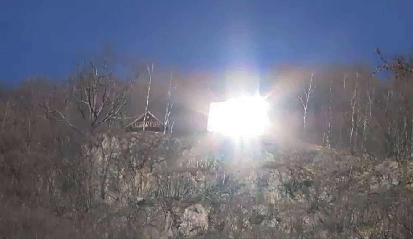 Le miroir-soleil de Viganella éclaire la place centrale du village au moins six heures par jour à la fin de l'automne et en hiver. © Shamengo