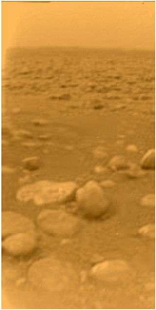 La surface de Titan, photographiée par la sonde européenne Huygens le 14 janvier 2005. Crédit Esa