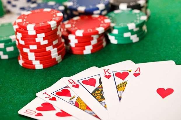 Le programme informatique Cepheus mis au point par une équipe de chercheurs de l'université de l'Alberta est présenté comme imbattable à l'une des variantes du poker nommée Texas Hold'em à limite fixe en tête-à-tête. Pour parvenir à ce résultat, le logiciel a été entraîné pendant deux mois en enchaînant les parties contre lui-même. Au total, il aura joué plus d'un milliard de milliards de mains. © History Channel, domaine public
