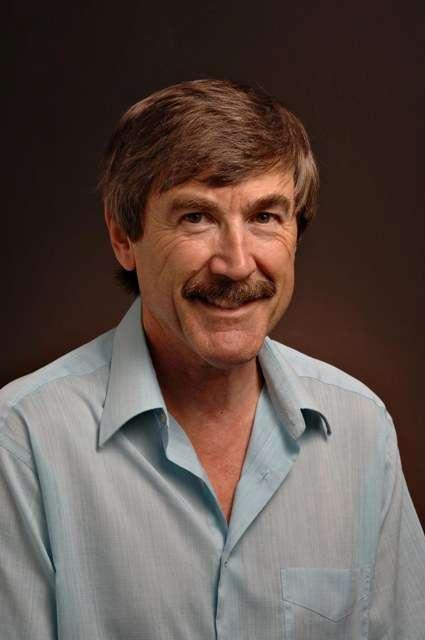 Le physicien Paul Davies a connecté l'effet Casimir dynamique à la création de particules en espace-temps courbe. © Arizona State University-Tom Story