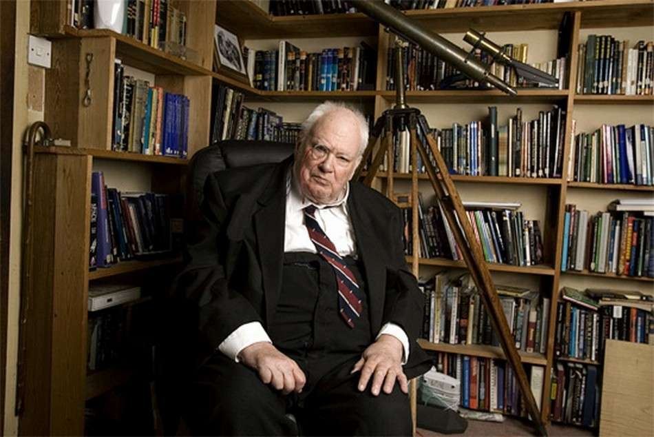 Célèbre pour avoir animé pendant plus d'un demi-siècle une émission mensuelle de vulgarisation de l'astronomie, Patrick Moore est décédé le 9 décembre à l'âge de 89 ans. © BAA