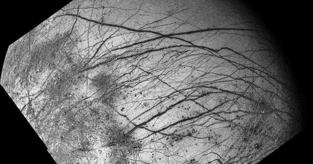 La sonde Galileo a permis d'étudier Jupiter et ses lunes de 1995 à 2003. Parmi les images qu'elle a récoltées, en voici une qui montre la banquise glacée d'Europe avec ses terrains chaotiques sur la gauche et ses réseaux de fractures. © Nasa