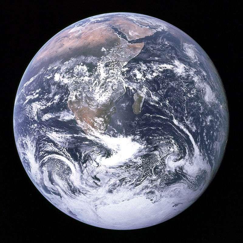 La Terre photographiée par les astronautes de la mission Apollo 17 le 7 décembre 1972, à environ 45.000 km de distance, avec le Soleil derrière la capsule spatiale. Sous le nom de Bille bleue (Blue marble), l'image est devenue célèbre et montrait pour la première notre planète dans l'espace, en couleurs et complètement éclairée. © Nasa