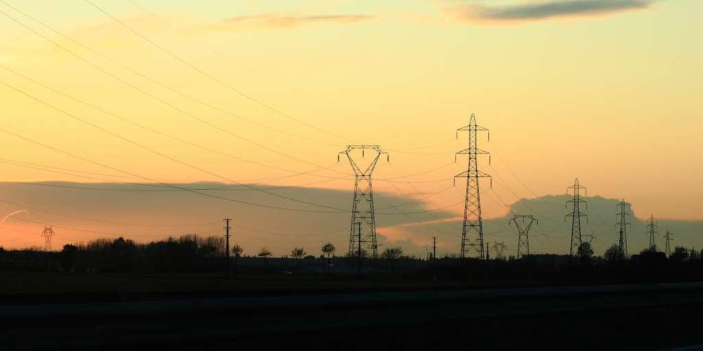 Les réseaux transeuropéens d'énergie utilisent principalement des lignes électriques aériennes de 400.000 volts en courant alternatif. Elles ont été choisies par les gestionnaires de réseau, comme RTE en France, car elles représentent un optimum technicoéconomique. Les lignes souterraines sont dans certains cas jusqu'à dix fois plus coûteuses. © HokutoSuisse, Flickr, cc by nc sa 2.0