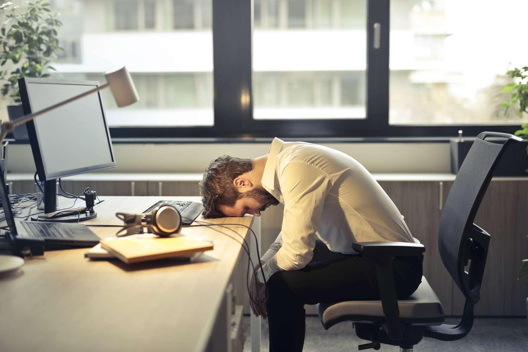Les hommes touchés par le dysfonctionnement érectile sont plus susceptibles de déclarer une baisse de productivité au travail que les hommes sans troubles de ce genre (24,8 % contre 11,2 %), selon une étude réalisée sur plus de 52.000 hommes issus de huit pays différents. © olly, Fotolia