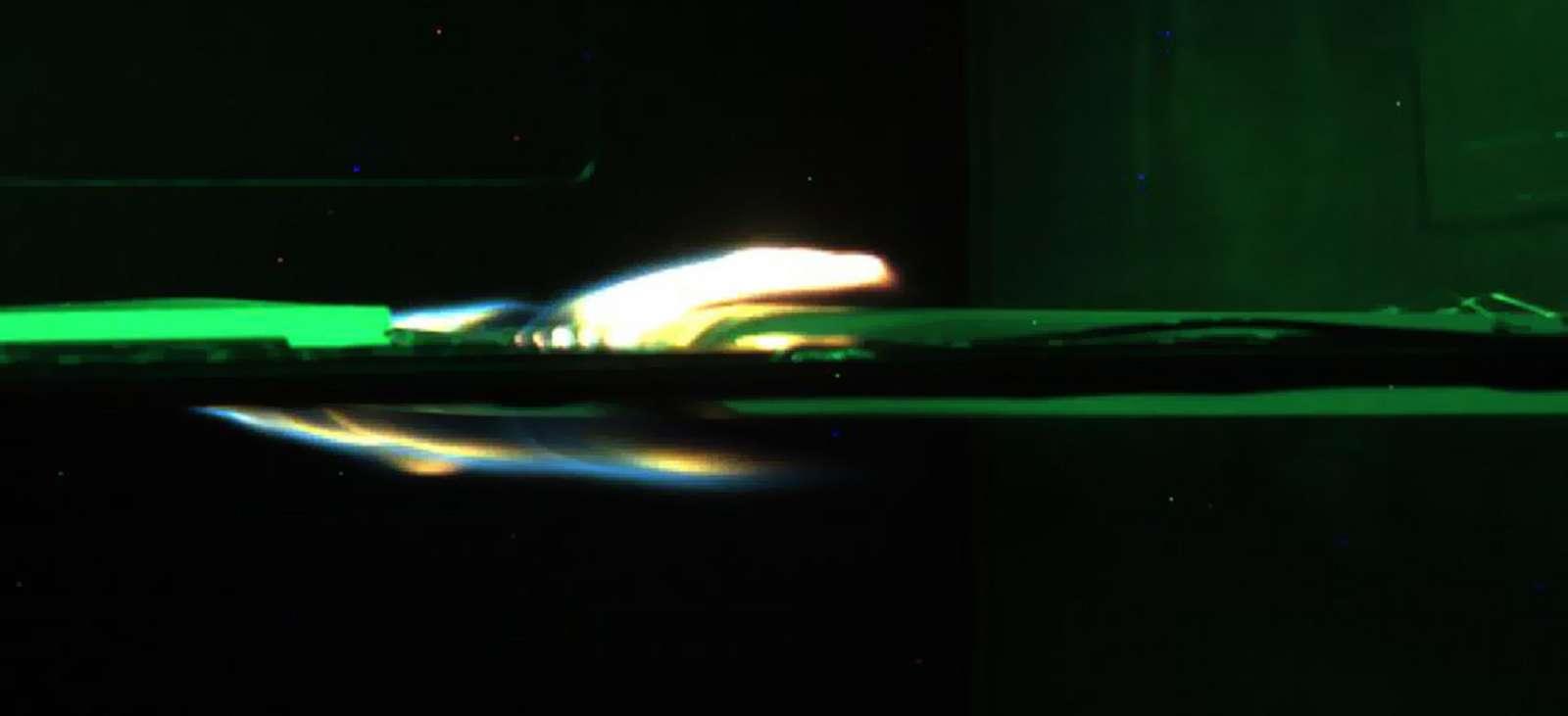 Un matériau en feu filmé lors de la mission Saffire IV © NASA