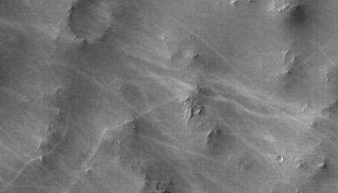 Image de traînées provoquée par le passage de tornades martiennes