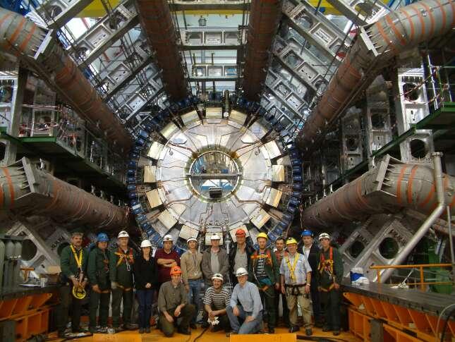 Le détecteur Atlas du LHC : une future porte des étoiles ? Les fans de la série Stargate ne peuvent pas manquer d'établir un parallèle troublant. Un trou de ver peut servir aussi bien à voyager dans le temps que dans l'espace en contournant le problème de la limite de la vitesse de la lumière. Il peut en effet constituer un raccourci entre deux points de l'espace. © Cern