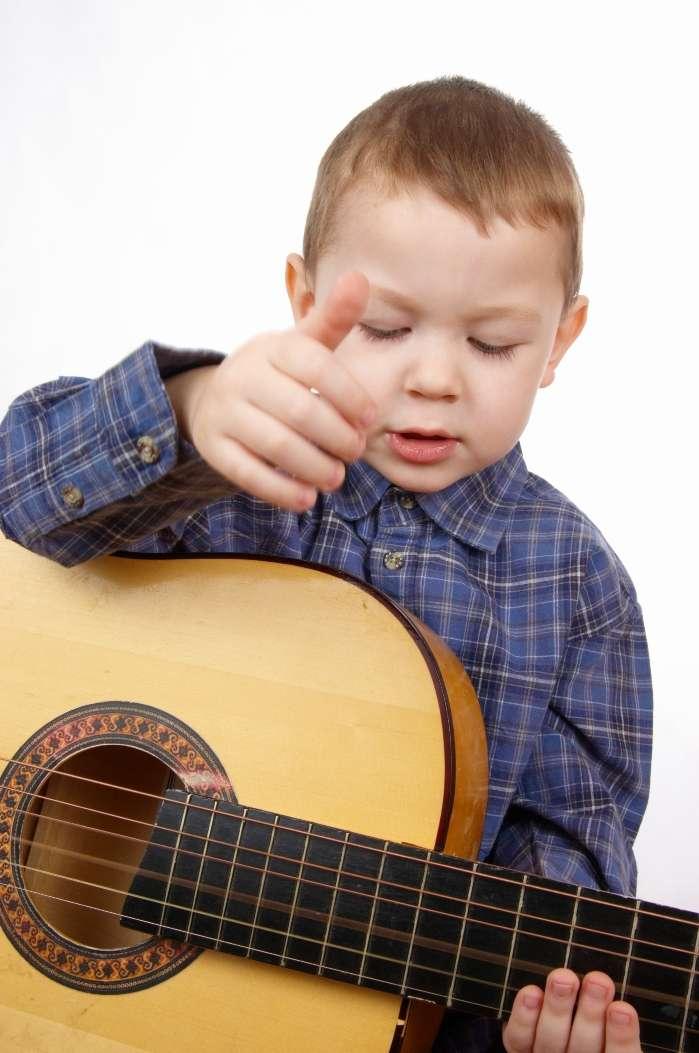 La pratique d'un instrument de musique demande de la coordination. Or, dans les âges les plus précoces de la vie, le cerveau est très plastique et s'adapte facilement aux nouvelles tâches qu'on lui demande. Suffisamment pour créer des connexions durables toute la vie ! © Fotokolosov, StockFreeImages.com