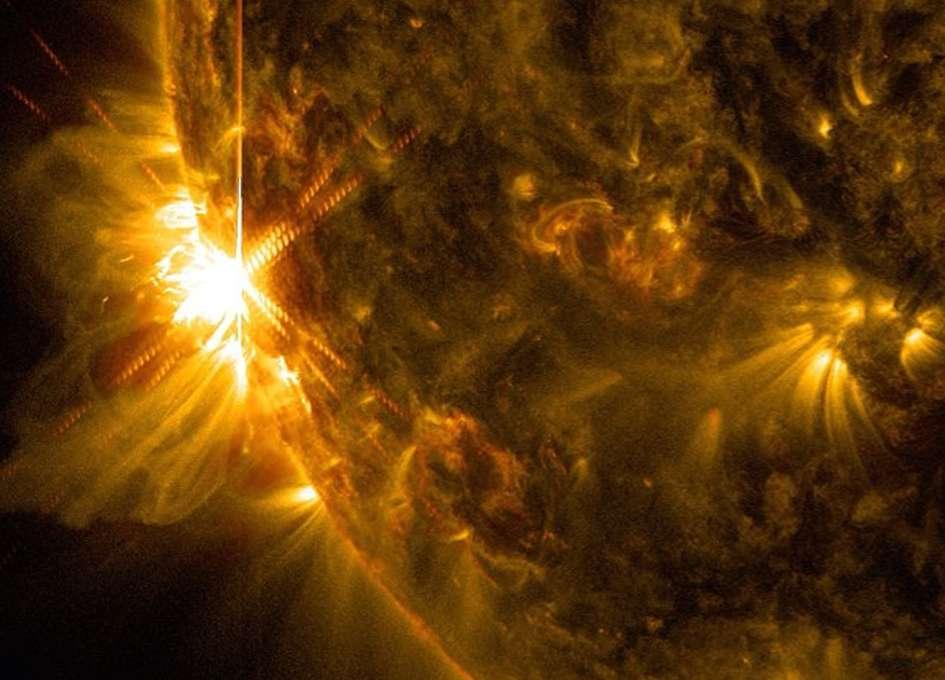 La région active 2087 lors de la première éruption de classe X du 10 juin, à 11 h 42 TU. Le satellite SDO n'en a, bien sûr, pas manqué une miette et enregistré son émergence sur le limbe solaire dans deux longueurs d'onde. © Nasa, SDO, GSFC