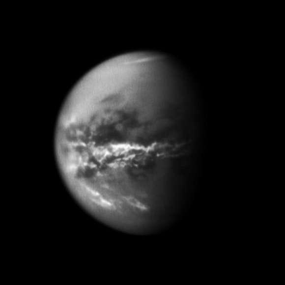 La sonde Cassini a photographié des nuages amassés sur l'équateur de Titan qui ont laissé place à de nouvelles zones humides sur le satellite, confirmant ainsi l'hypothèse de pluies de méthane. © Nasa/JPL/Space Science Institute