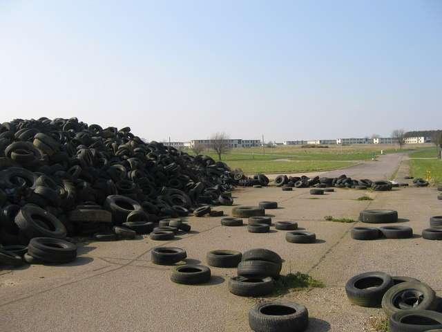 Une montagne de pneus usagés abandonnés sur le tarmac d'une ancienne base militaire. © Nigel Jones, Geograph CC by-sa 2.0