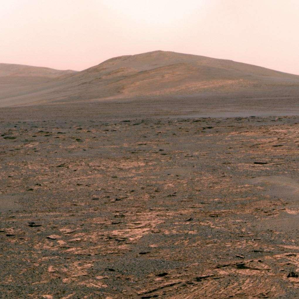 Depuis l'intérieur du cratère Gale, où il s'est posé en août 2012, le rover Curiosity de la mission Mars Science Laboratory n'a pas découvert de méthane dans les quantités que laissaient supposer les de précédentes détections. © Nasa, JPL, Arizona State University