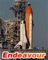 Endeavour sur son pas de tircrédit photo : NASA | Montage : Futura