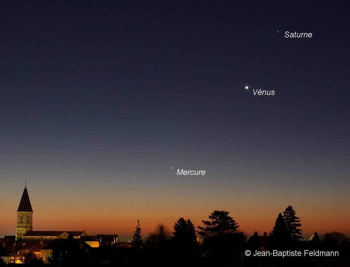 Le dernier rendez-vous planétaire remonte au début du mois de décembre 2012. Saturne, Vénus et Mercure s'alignaient alors le long de l'écliptique dans le ciel du matin. © Jean-Baptiste Feldmann