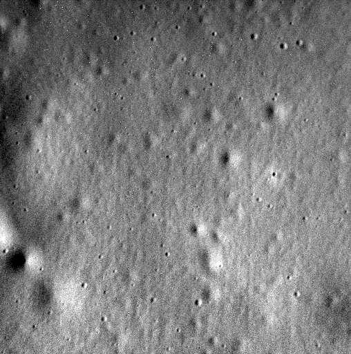 Voici la dernière image de Mercure, enregistrée et transmise par la sonde Messenger avant son crash programmé. Photographiée le 30 avril, elle nous dévoile le plancher du cratère Jokai (93 km de diamètre). La largeur de l'image est d'environ 1 km et sa résolution est de 2,1 m/pixel. © Nasa, JHUAPL