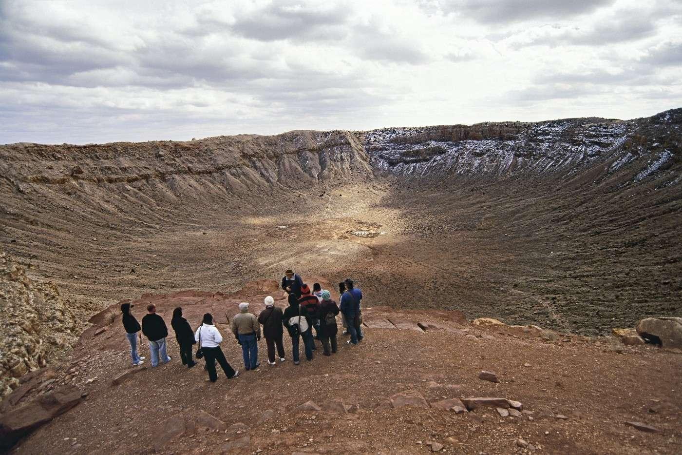Les touristes qui se rendent au bord du Meteor Crater, en Arizona, peuvent mesurer les conséquences d'une rencontre entre la Terre et un astéroïde de la taille de 2012 DA 14. © Tony Rowell