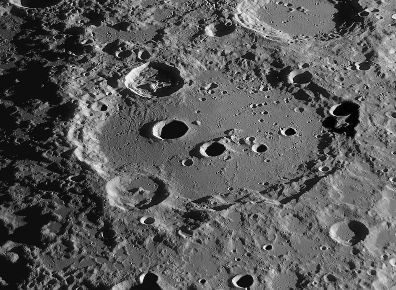 Aussi spectaculaire que si vous l'observiez du hublot d'un vaisseau en orbite lunaire, le cratère Clavius révèle ici toute sa majesté. Crédit Christian Arsidi