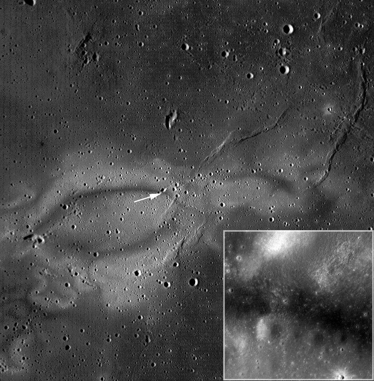La région claire de Reiner Gamma a été étudiée par LRO. La flèche indique la zone photographiée en haute résolution par l'orbiteur (dans l'encadré en bas à droite). Crédit Nasa/GSFC/Arizona State University