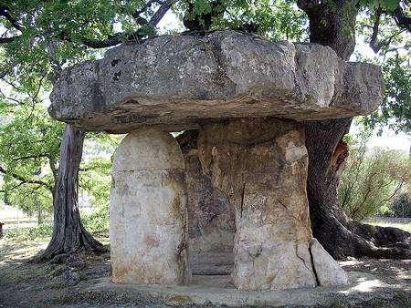 La Pierre de la fée est un dolmen classé au titre des Monuments historiques, et situé sur la commune de Draguignan dans le Var. Il date de l'époque néolithique. © Martinp1, Wikimedia Commons, cc by sa 3.0