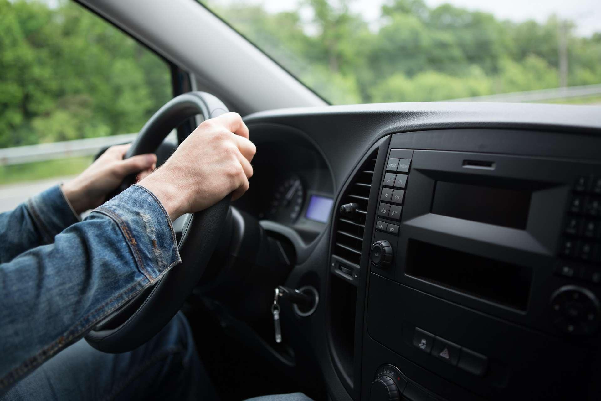 Tenir son volant selon un angle de 30°, -60° ou -30° semble moins fatigant pour le tourner. © lzf, Adobe Stock