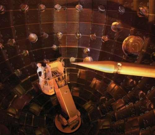 La sphère du NIF où se concentrent sur l'extrémité de la cible (à droite sur l'image) les 192 faisceaux laser. Crédit : NIF