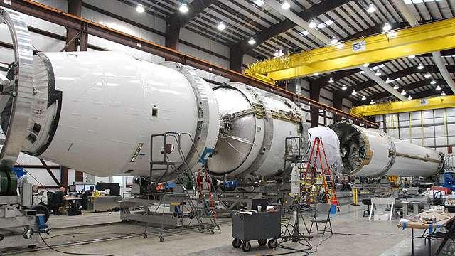 Le lanceur Falcon 9 prêt à être assemblé entièrement. Crédit SpaceX
