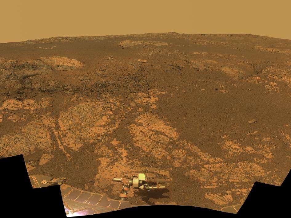 Une image de la colline Matijevic réalisée en janvier 2012 à l'occasion du huitième anniversaire de l'atterrissage d'Opportunity, montrant la zone qu'il étudiait alors. C'est là que des argiles ont été découvertes. L'image a été obtenue à partir de plusieurs photographies en infrarouge, en vert et en violet. Les couleurs ont donc été reconstituées et sont à peu près celles que verrait un humain, selon la Nasa. © Nasa, JPL-Caltech, Cornell University, Arizona State University