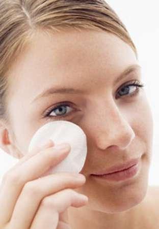 Yeux sensibles, maquillage waterproof... quel démaquillant choisir ? © Phovoir