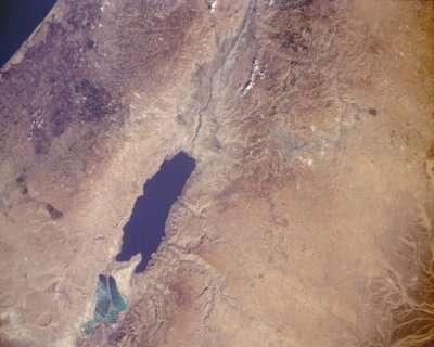 Image satellite de la mer Morte. Ce lac salé est partagé entre la Jordanie, Israël et la Palestine. Extrêmement salé et donc extrêmement dense, il facilite la flottaison, pour le plaisir de nombreux touristes. © Nasa, DPa, DP