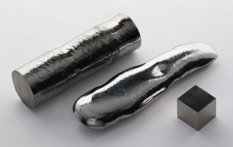 Le rhénium possède le point d'ébullition le plus élevé de tous les éléments chimiques. De gauche à droite : une barre de rhénium à 99,995 %, un monocristal de rhénium de haute pureté (99,999 %) produit par la méthode de la zone fondue et un cube de 1 cm de côté du même métal à (99,99 %). © Alchemist-hp, Wikimedia Commons, CC by-nc-nd 3.0