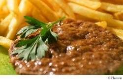 « La viande hachée surgelée doit être cuite sans décongélation préalable » rappelle l'ARS. © Phovoir